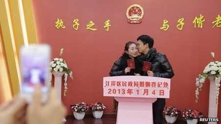 """TQ: Đua nhau cưới trong ngày """"vạn năm có một"""" - 5"""
