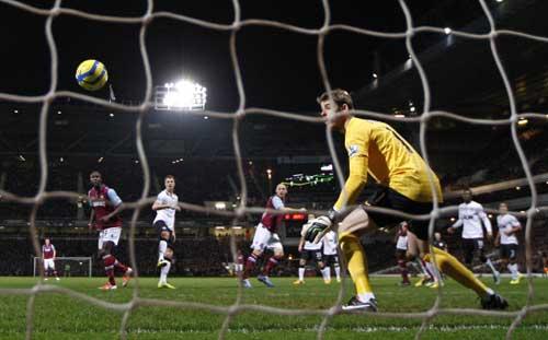 West Ham - MU: Bóng bổng và Persie - 1