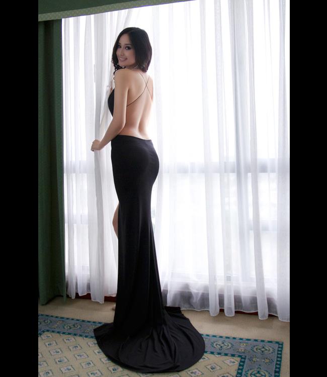 Mai Phương Thúy với chiếc váy với dây đeo mỏng manh dễ đứt