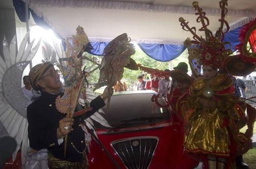 Bộ trưởng Indonesia phá nát xế điện - 6