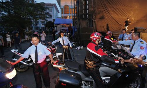 Sao Việt cưỡi mô tô đi diễn gây huyên náo - 4