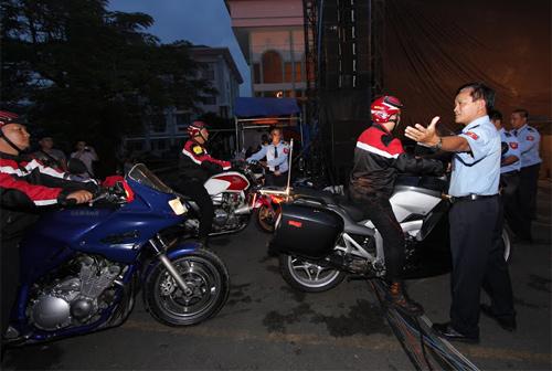 Sao Việt cưỡi mô tô đi diễn gây huyên náo - 2