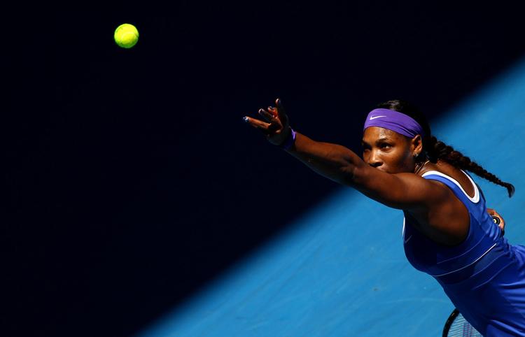 Serena Williams giao bóng trong trận đấu gặp Ekaterina Makarova ở vòng 4