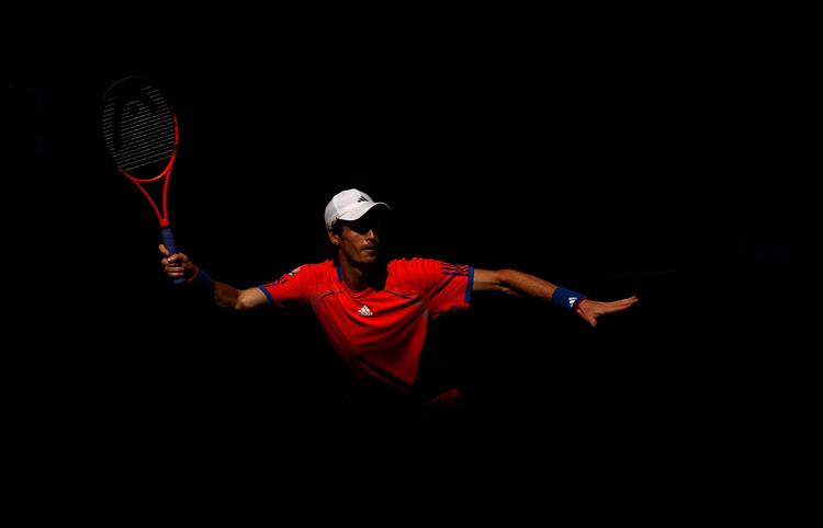 Cú thuận tay của Andy Murray khi đối đầu với Edouard Roger-Vasselin ở vòng 2.