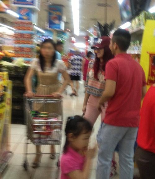 Hương Giang Idol và bạn trai đi mua sắm - 11