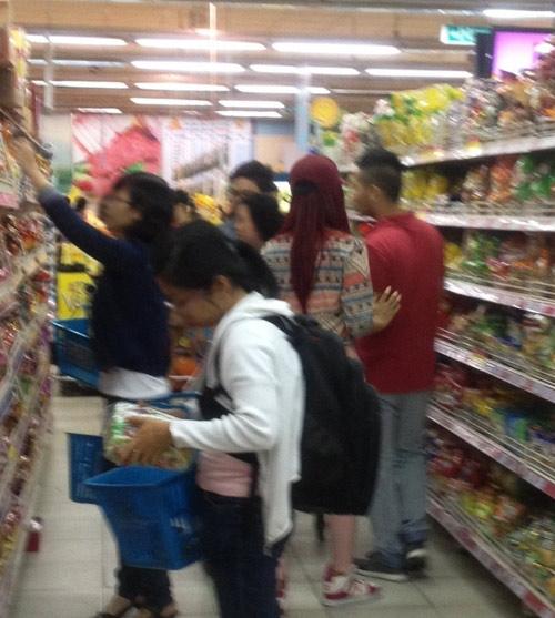 Hương Giang Idol và bạn trai đi mua sắm - 12