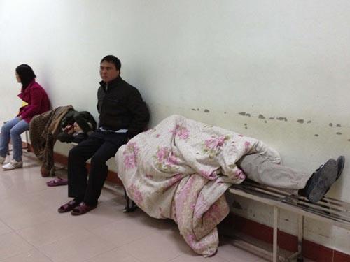 Người nhà bệnh nhân co ro trong giá rét - 4