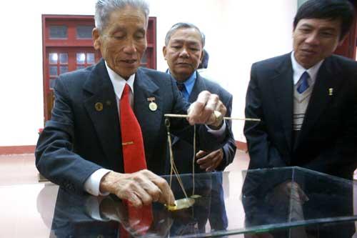 Cụ ông 81 tuổi hiến tặng bảo vật hoàng cung - 2