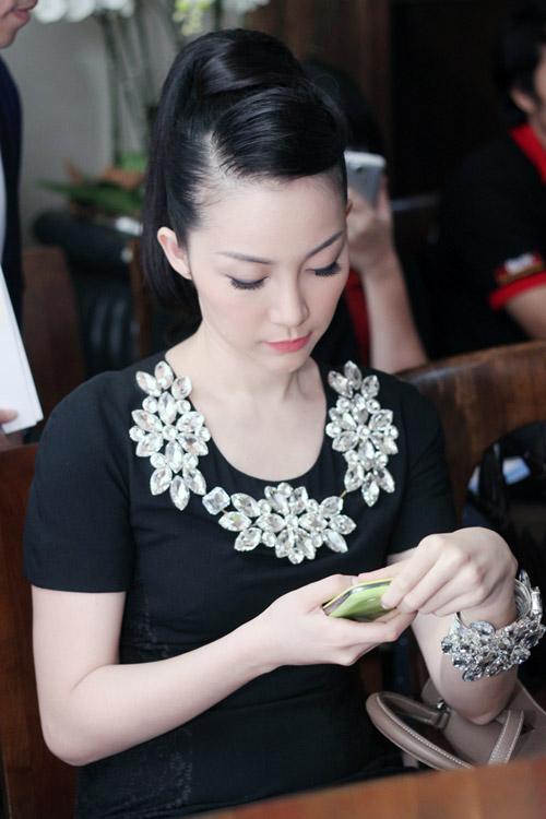 Linh Nga đeo trang sức đá đầy người - 5