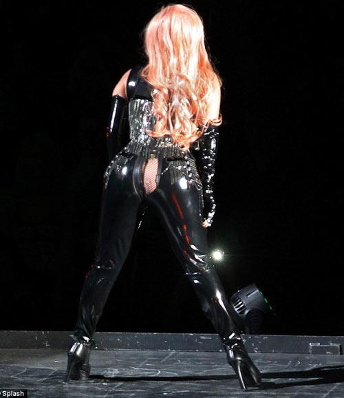 Lady Gaga hở thô thiển trên sân khấu - 2