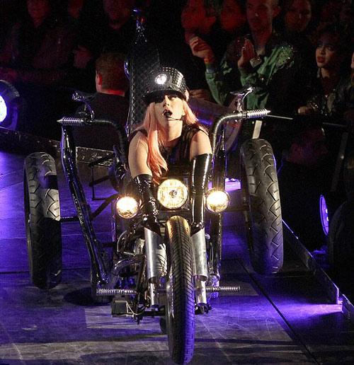 Lady Gaga hở thô thiển trên sân khấu - 3