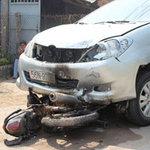 Tin tức trong ngày - Ô tô kéo lê xe máy, cả 2 xe bốc cháy