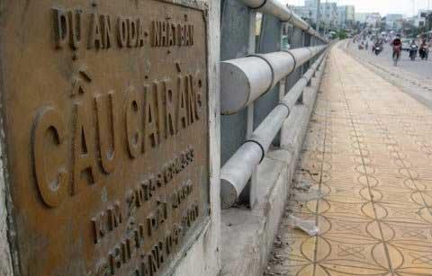 Sụt lún nguy hiểm trên cầu Cái Răng - 1