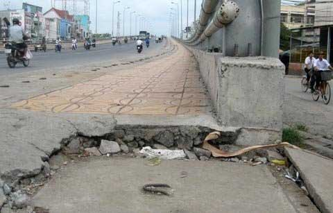 Sụt lún nguy hiểm trên cầu Cái Răng - 4