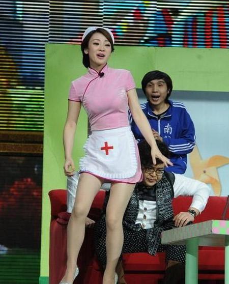 Liễu Nham hóa y tá gợi cảm trên sân khấu - 4