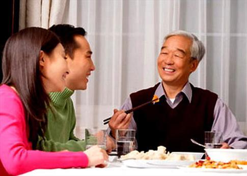 72 tuổi, bố chồng vẫn cặp bồ - 1