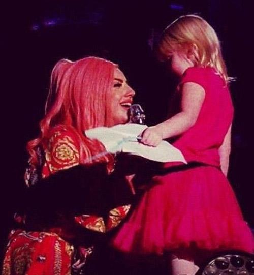 Lady Gaga ký tặng lên... ngực fan - 3