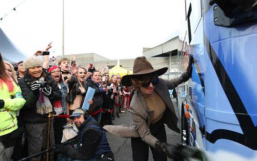 Lady Gaga ký tặng lên... ngực fan - 2