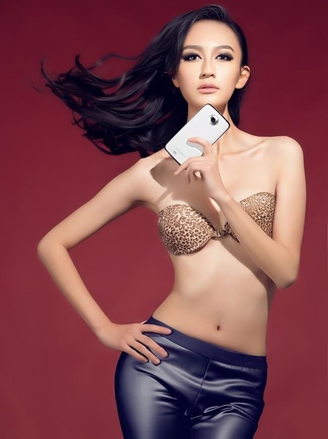 """Kiều nữ  """" mơn man """"  bên laptop Những bóng hồng  ' khêu gợi '  của làng công nghệ Siêu mẫu khoe Note II hay vòm ngực Mỹ nữ tắm cùng smartphone"""