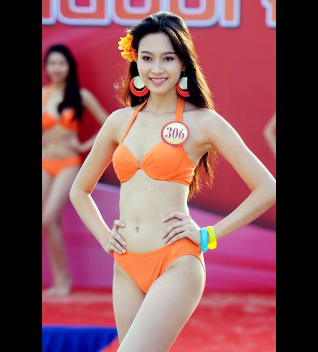 Hoa hậu Thu Thảo khoe vóc dáng gợi cảm trong cuộc thi Hoa hậu Việt Nam 2012