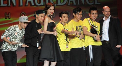 Thái Y Lâm tôn vinh nhóm nhảy Việt - 11
