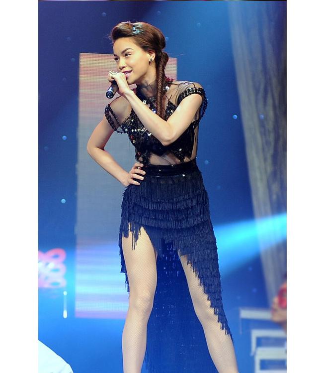 Mẫu váy tua rua ấn tượng  trong chương trình  ' Âm nhạc và bước nhảy '  tối 12/5, khi cô vừa đi phẫu thuật thanh quản tại Singapore về