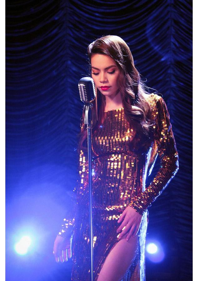 """Hình ảnh gợi cảm của Hồ & #160;Ngọc & #160;Hà với chiếc váy dát vàng trong MV  """" Hãy nói với em """"  ra mắt hồi tháng 3/2012"""