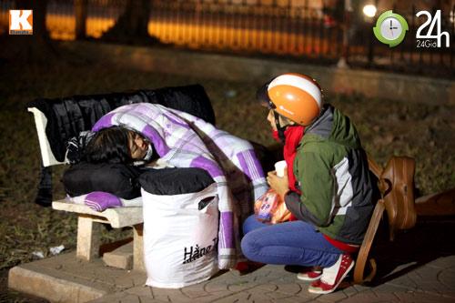Trắng đêm trao quà cho người vô gia cư - 7
