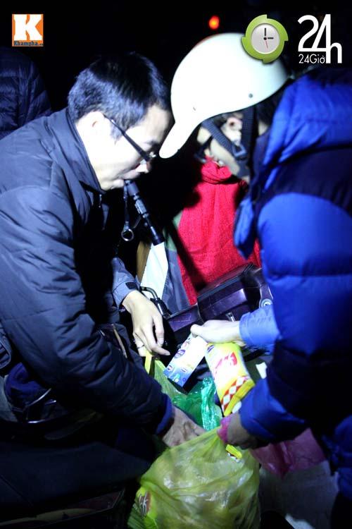 Trắng đêm trao quà cho người vô gia cư - 9
