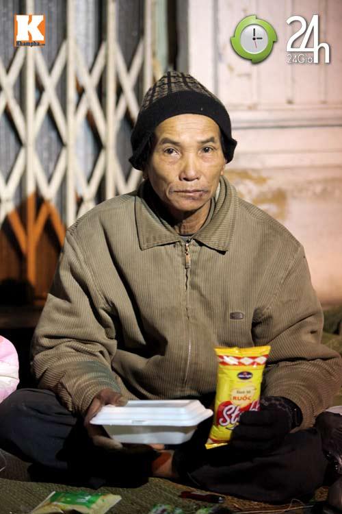 Trắng đêm trao quà cho người vô gia cư - 11
