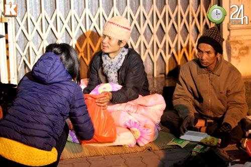 Trắng đêm trao quà cho người vô gia cư - 10