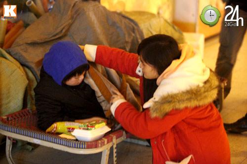 Trắng đêm trao quà cho người vô gia cư - 15