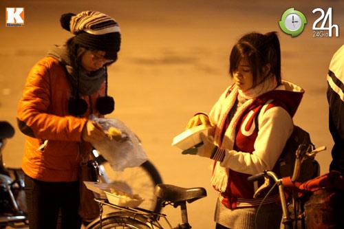 Trắng đêm trao quà cho người vô gia cư - 12