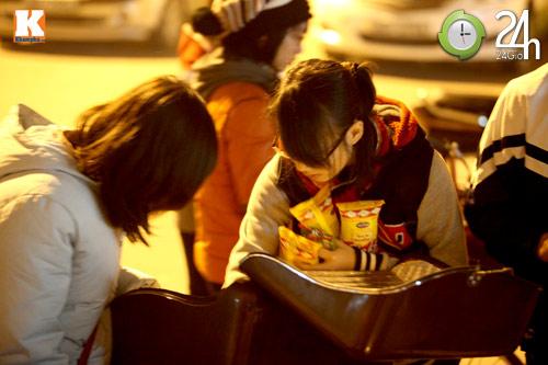 Trắng đêm trao quà cho người vô gia cư - 13