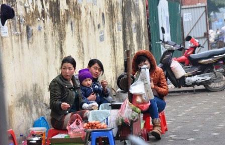 """""""Siết"""" hàng ăn vỉa hè: Dân nghèo ăn đâu? - 1"""