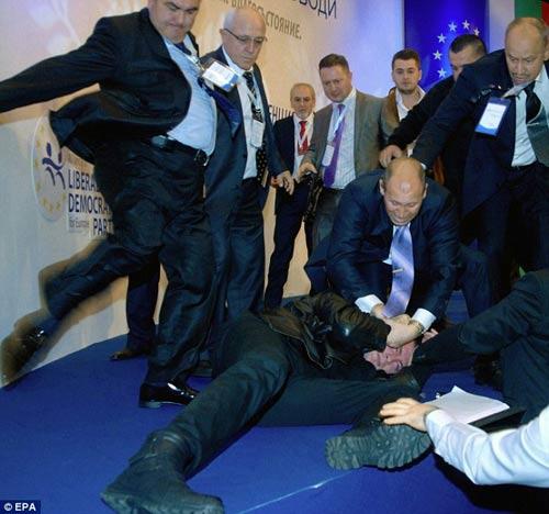 Bulgaria: Nghị sĩ bị dí súng vào đầu - 4
