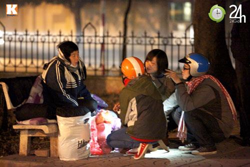 Trắng đêm trao quà cho người vô gia cư - 6