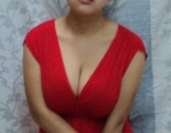 Bé gái 11 tuổi với bộ ngực khủng - 1