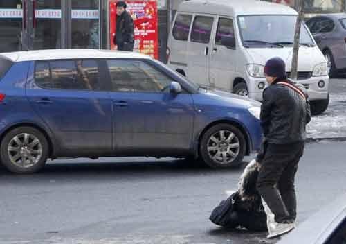 TQ: Một phụ nữ bị đánh dã man trên phố - 1