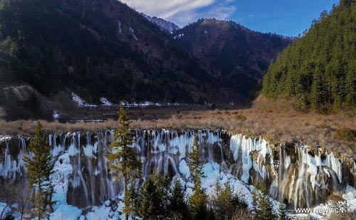 Thác nước đóng băng tuyệt đẹp ở Trung Quốc - 3