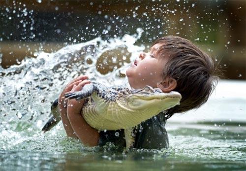 Bé trai 3 tuổi thích chơi với cá sấu - 3