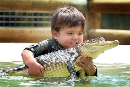 Bé trai 3 tuổi thích chơi với cá sấu - 4