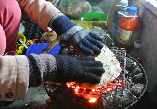 Thơm phức bánh tráng nướng bờ sông Hương - 4