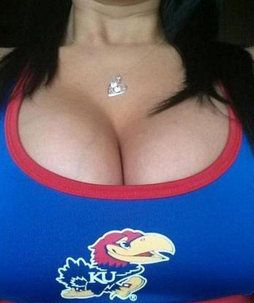 Khoe ngực để cổ vũ đội bóng - 4