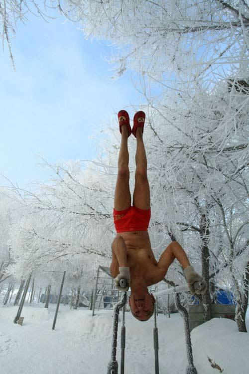 77 tuổi mình trần luyện tập trong tuyết - 2