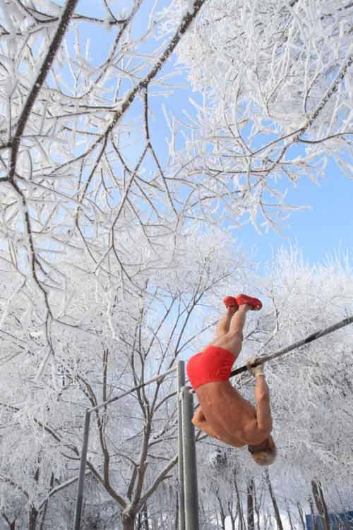 77 tuổi mình trần luyện tập trong tuyết - 4