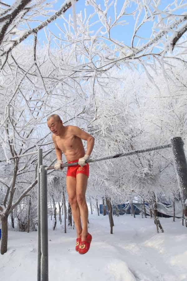 77 tuổi mình trần luyện tập trong tuyết - 1