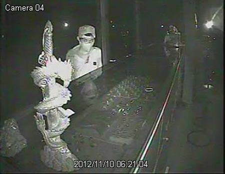 Camera ghi lại cảnh thản nhiên trộm vàng ở HN - 1
