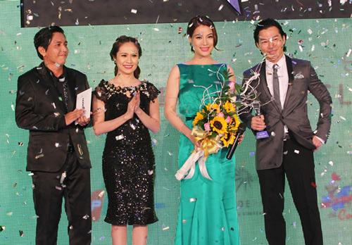 Hà Tăng trao giải cho Hà Hồ - 9