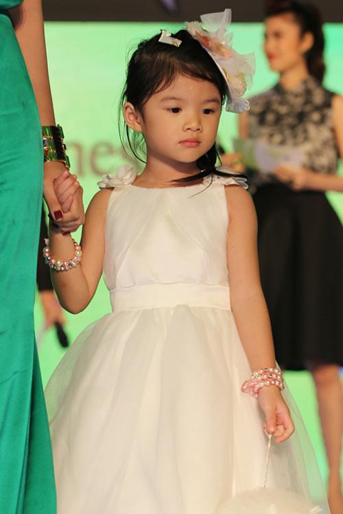 Hà Tăng trao giải cho Hà Hồ - 10